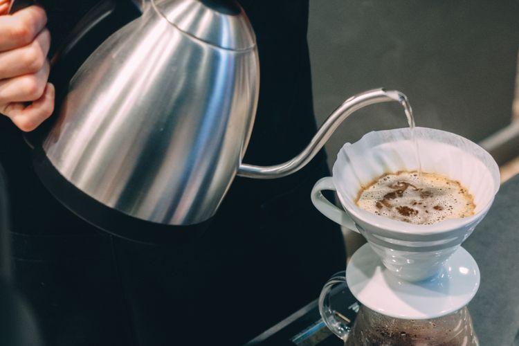Ilustrasi kopi diseduh dengan teknik V60.