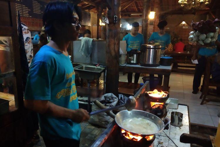 Proses memasak bakmi dengan menggunakan bara arang di warung makan Bakmi Djowo Koeno dan Ayam Goreng Kampoeng Mbah Mangoen di Jalan Kenanga, Badran, Purwosari, Laweyan, Solo, Jawa Tengah, Selasa (12/11/2019) malam.