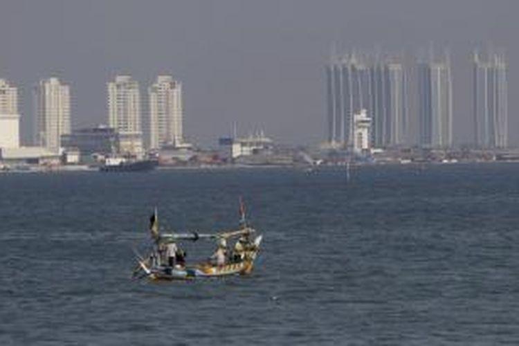 Reklamasi pantai utara Jakarta dinilai pegiat lingkungan hidup akan merusak ekosistem dan menurunkan kualitas lingkungan hidup di sekitarnya. Selain itu, berpotensi menimbulkan banjir dan rob.