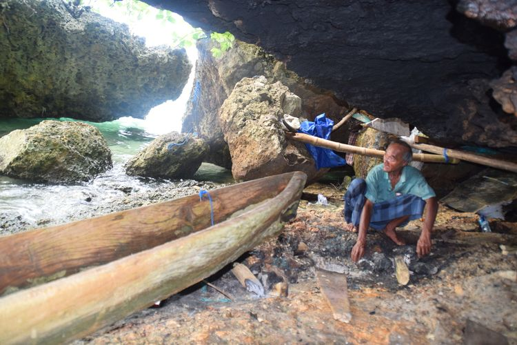 La Udu memasak tak jauh dari sampannya yang digunakan setiap harinya untuk mencari ikan di laut. Lokasi tempat memasak La Udu di dalam gua, Selasa (4/2/2020).