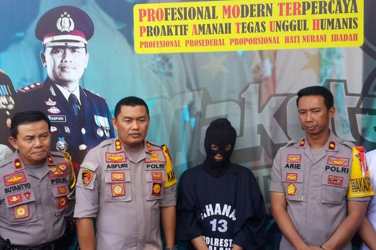 Sugeng Santoso (49) terduga pelaku mutilasi terhadap tubuh wanita yang ditemukan di lantai 2 Pasar Besar Kota Malang dalam konferensi pers di Kota Malang, Senin (20/5/2019)