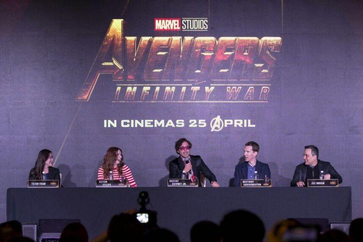 (Dari kiri) Produser Trinh Tran, artis peran Karen Gillan, Robert Downey Jr, Benedict Cumberbatch, dan sutradara Joe Russo pada konferensi pers film Avengers: Infinity War di Marina Bay Sands, Singapura, Minggu (15/4/2018).