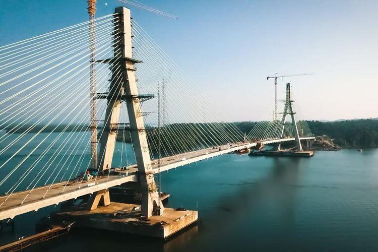 Jembatan Pulau Balang merupakan jembatan cable stayed dengan dek beton terpanjang di Indonesia.
