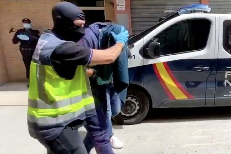 Abdel-Majed Abdel Bary ditutupi jaket oleh Polisi Spanyol ketika tertangkap di Almeria. Bary merupakan rapper asal Inggris yang sempat bergabung bersama ISIS.