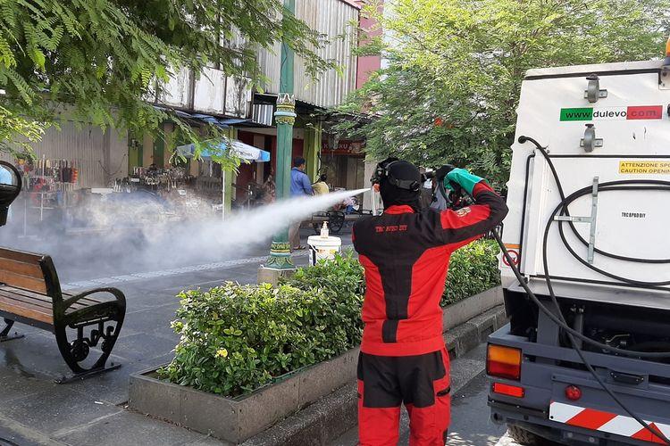 Petugas BPBD DIY saat melakukan penyemprotan disinfektan di Malioboro, Yogyakarta