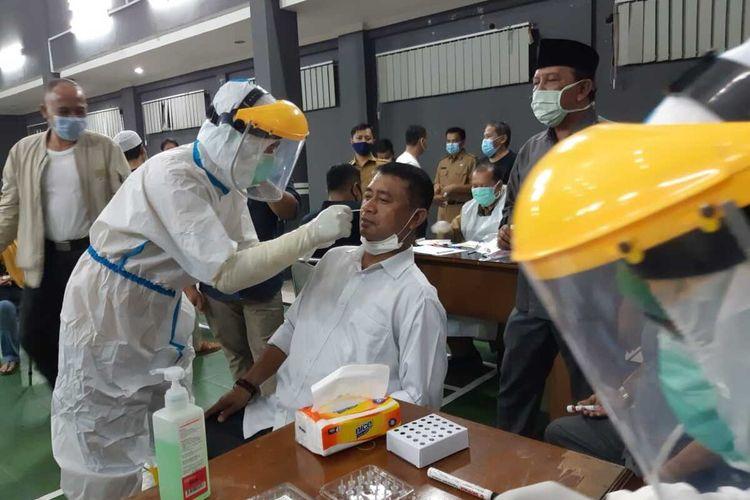 Petugas Dinas Kesehatan Kota Tasikmalaya sedang melakukan tes swab massal bagi seluruh anggota DPRD Kota Tasikmalaya dan pegawainya pada Senin (16/11/2020) malam.