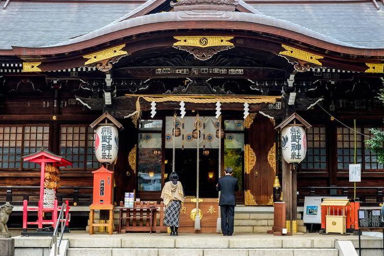 Berdoa di kuil kuno terkenal di Tokyo, Jepang.