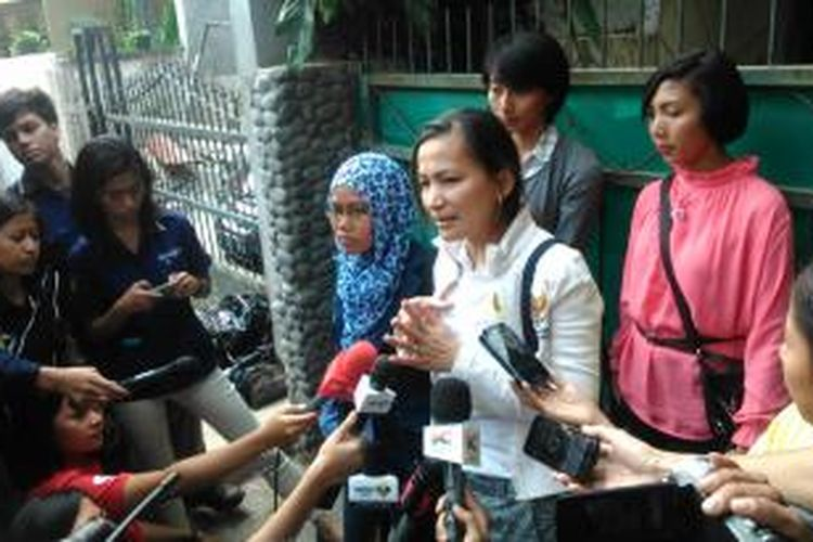 Komisioner KPAI, Erlinda, saat memberikan keterangan pers usai menemui Sharon Rose Leasa Prabowo (47), orangtua GT (12), korban kekerarasan di Kompleks Cipulir Permai Blok W15, Kebayoran Lama, Jakarta Selatan, Sabtu (4/7/2015).
