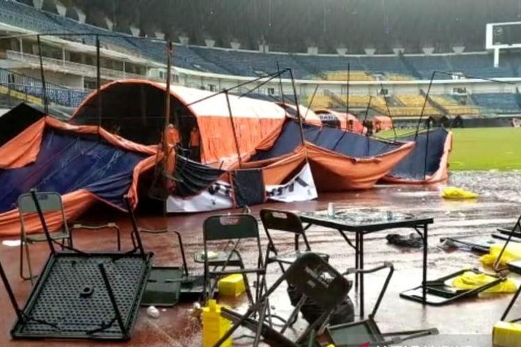 Sejumlah tenda vaksinasi roboh karena diterpa angin kencang di Stadion GBLA, Kota Bandung, Jawa Barat, Kamis (17/6/2021).