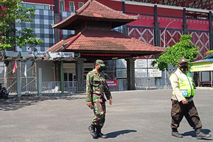 Petugas saat menjaga area Stadion Kapten I Wayan Dipta Gianyar usai 18 pekerja positif Covid-19