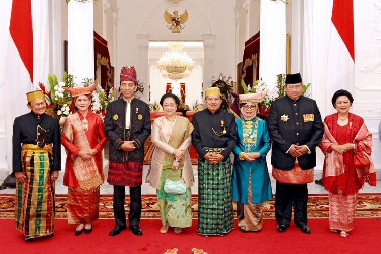 Presiden Joko Widodo berfoto bersama presiden terdahulu yakni Presiden ketiga RI BJ Habibie, Presiden kelima RI Megawati Soekarnoputri, dan Presiden keenam RI Susilo Bambang Yudhoyono di Istana Merdeka, Kamis (17/8/2017).