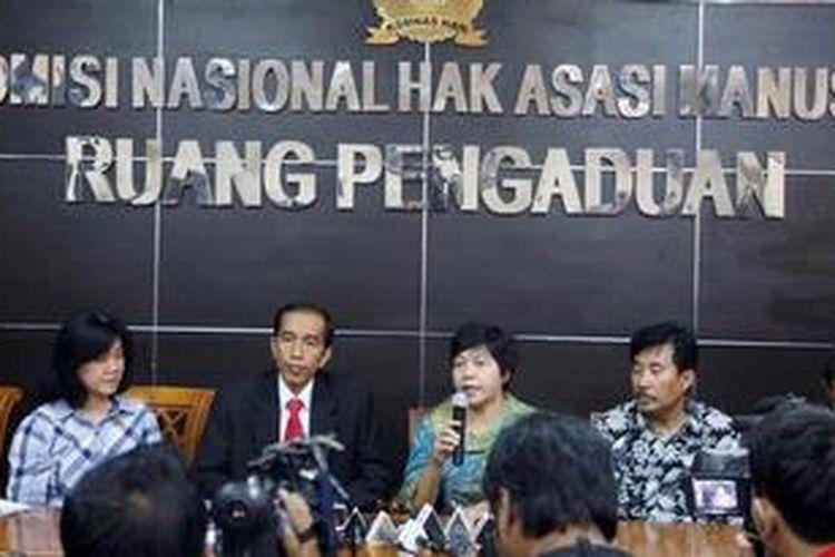 Gubernur DKI Jakarta Joko Widodo berdampingan dengan Ketua KOMNAS HAM Siti Noor Laila memberi keterangan pers usai memenuhi panggilan untuk datang ke Komisi Hak Asazi Manusia, Menteng, Jakarta, Jumat (17/5/2013). Jokowi datang dengan membawa sejumlah bukti yang akan ditindaklanjuti bersama. KOMNAS HAM menyatakan tidak mendukung tindakan pendudukan tanah negara namun dalam hal pengusuran di Waduk Pluit akan menjaga agar asaz keselamatan dan keamanan warga terpenuhi.