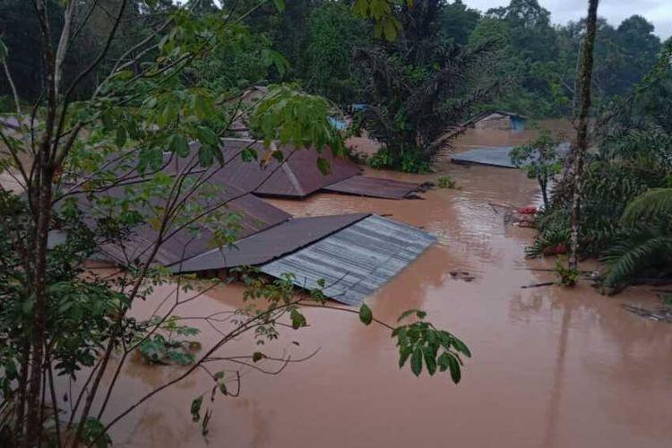 Banjir setinggi atap rumah merendam Kampung Tadan, Kecamatan Seluas, Kabupaten Bengkayang, Kalimantan Barat, Kamis (14/1/2021).