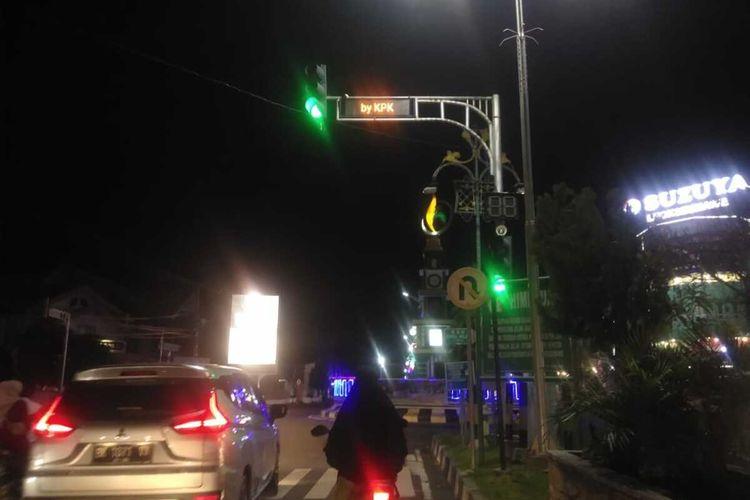Tulisan Wali Kota Lhokseumawe Siap-siap dijemput KPK di Lampu Jalan, Simpang Pos, Kota Lhokseumawe, Rabu (25/8/2021) malam