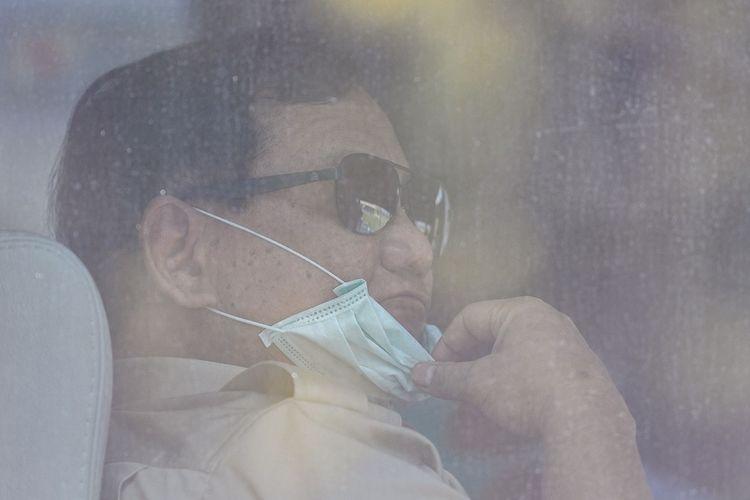 Menteri Pertahanan Prabowo Subianto menggunakan masker saat akan mengunjungi Warga Negara Indonesia (WNI) yang menjalani masa observasi pascaevakuasi dari Wuhan, Hubei, China di Hanggar Pangkalan Udara TNI AU Raden Sadjad, Ranai, Natuna, Kepualauan Riau, Rabu (5/2/2020). Kunjungan tersebut untuk memastikan WNI yang menjalani masa observasi dari virus Corona pascaevakuasi dari Wuhan, Hubei, China dalam keadaan sehat. ANTARA FOTO/M Risyal Hidayat/ama.