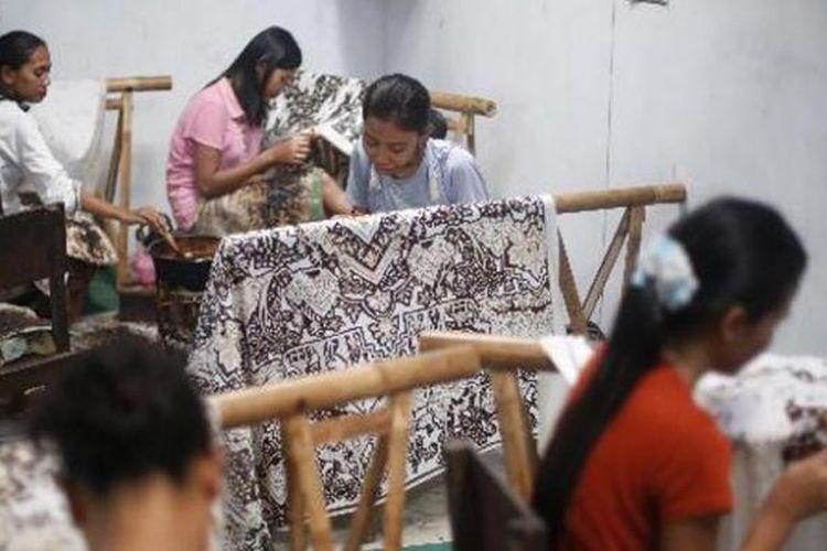 Perajin batik tulis di sanggar batik Katura, Desa Trusmi, Kecamatan Plered, Kabupaten Cirebon, Jawa Barat, Rabu (25/9/2013). Lama pembuatan batik sekitar 100 hari dengan harga jual batik tulis halus berkisar Rp 3 juta hingga Rp 15 juta.