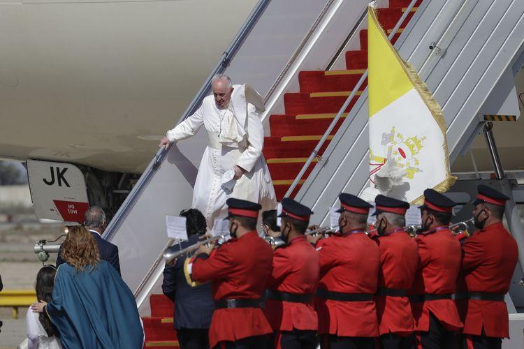Paus Fransiskus saat tiba di Bandara Internasional Baghdad pada Jumat (5/3/2021). Kunjungan Paus Fransiskus bertujuan membantu umat Kristiani di sana bangkit lagi setelah dilanda perang serta pandemi virus corona.