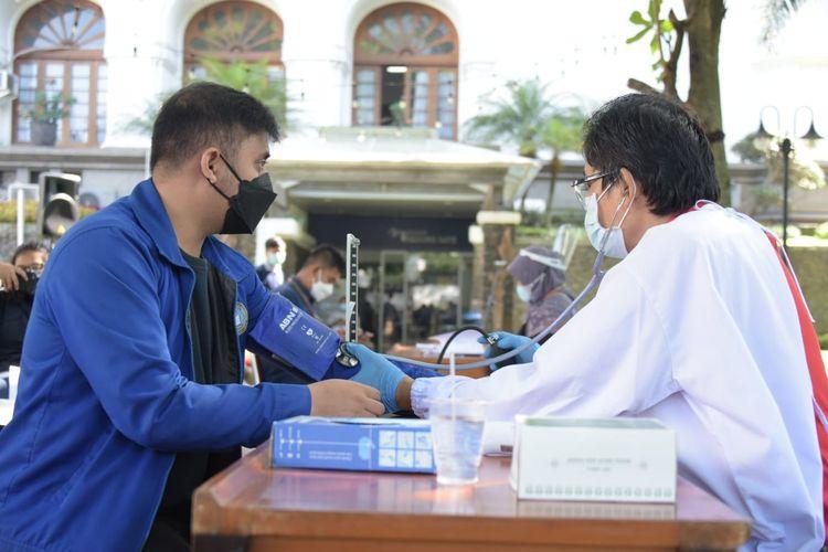 Proses pendaftaran gerakan donor plasma konvalesen dengan tajuk Aksi Nyata Gerakan Kemanusiaan di Gedung Sate, Kota Bandung, Selasa (13/7/2021).