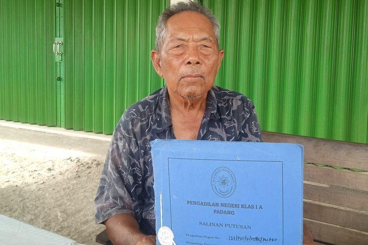 Kakek tua Abdul Wahab (80) memperlihatkan berkas gugatannya yang memang di MA, namun ganti rugi tanahnya belum juga dibayarkan Pemkot Padang selama puluhan tahun.