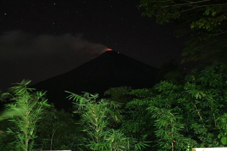 Sinar api dari kawah Gunung Karangetang, Rabu (10/4/2019) malam.
