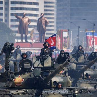 Tank Tentara Rakyat Korea (KPA) berbaris dalam parade militer yang digelar dalam rangka peringatan 70 tahun berdirinya Korea Utara di Alun-alun Kim Il Sung, Pyongyang, Minggu (9/9/2018).