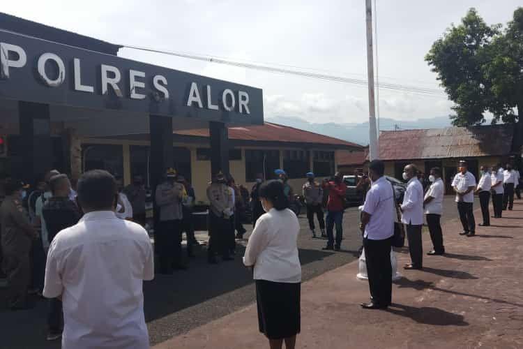Puluhan Aparatur Sipil Negara (ASN) Kabupaten Alor, Nusa Tenggara Timur (NTT), mendatangi markas kepolisian setempat, untuk meminta Ketua DPRD Alor Enny Angrek diproses hukum, Rabu (10/2/2021).
