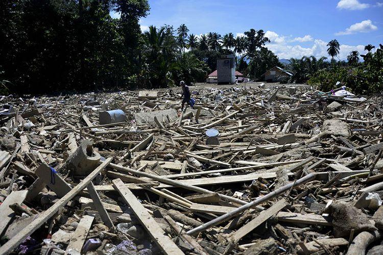 Warga mencari barangnya pasca banjir bandang di Desa Radda, Kabupaten Luwu Utara, Sulawesi Selatan, Minggu (19/7/2020). Pasca-banjir bandang sejumlah warga yang terdampak mulai mengambil barangnya yang masih bisa digunakan.