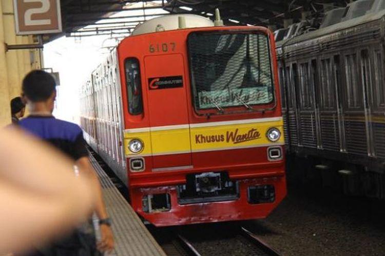 Calon penumpang tengah menunggu gerbong Kereta Rangkaian Khusus Wanita di Stasiun Cikini, Jakarta Pusat. PT KAI Komuter Jabodetabek (PT KCJ) mulai mengoperasikan Kereta Rangkaian Khusus Wanita yang terdiri dari 8 gerbong , Senin (1/10/2012).