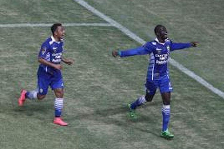 Makan Konate dikejar Firman Utina saat merayakan gol kedua Persib ke gawang Sriwijaya FC, Minggu (18/10/2015).