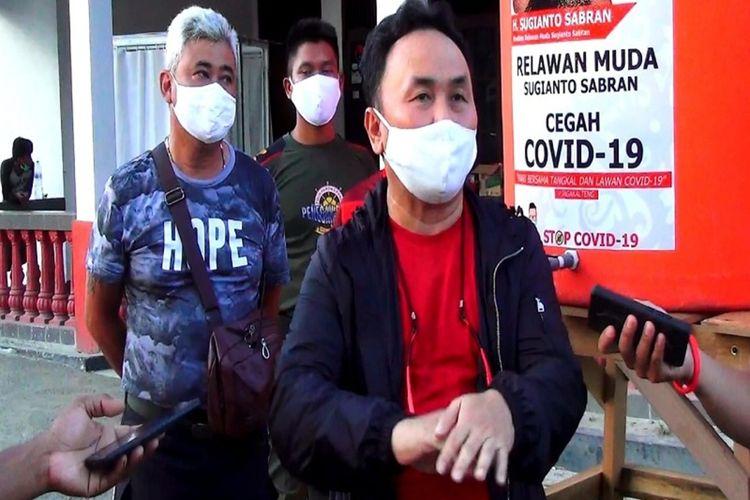 Gubernur Kalimantan Tengah, H. Sugianto Sabran saat berada di Rumah Relawan Sugianto Sabran, sesaat setelah memberikan bantuan uang tunai untuk disalurkan