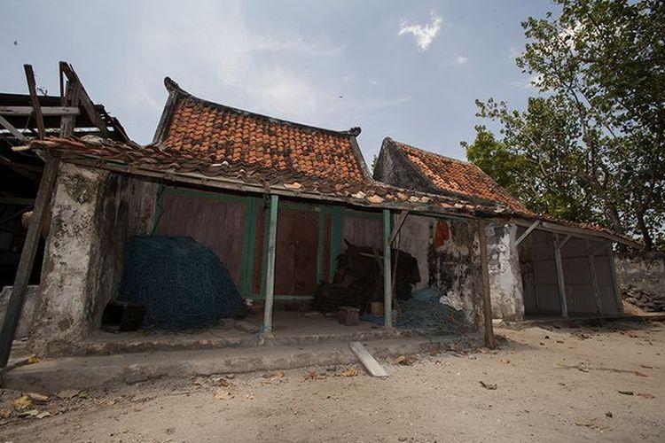 alah satu rumah tradisional di Desa Labuhan, Bangkalan, Madura. Warga setempat menyebutnya 'bheley'. Dinding kayu bagian muka rumah biasanya terbuat dari kayu nangka yang diukir motif khas Madura bersanding dengan motif Cina.