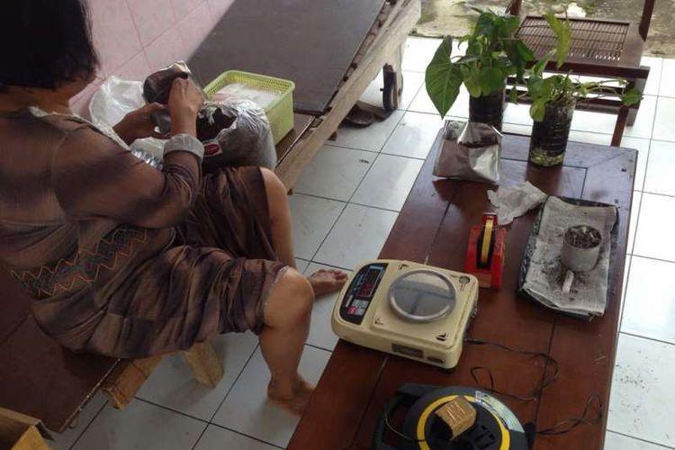 Pekerja perempuan sedang mengemasi tembakau untuk dijadikan rokok divine di Griya Balur Semarang. Tembakau murni hasil pengembangan Dr Greta Zahar ini digunakan sebagai sarana untuk kesehatan.