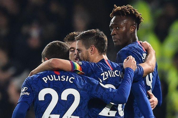 Christian Pulisic dan Cesar Azpilicueta merayakan gol Tammy Abraham pada laga Chelsea vs Aston Villa dalam lanjutan Ligggris di Stadion Anfield, 4 Desember 2019/