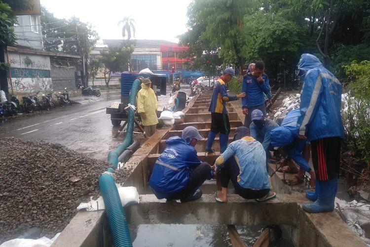 Pembangunan kolam olakan di kawasan Green Garden Cengkareng Jakarta Barat oleh Suku Dinas Sumber Daya Air Jakarta Barat Selasa (5/1/2021)