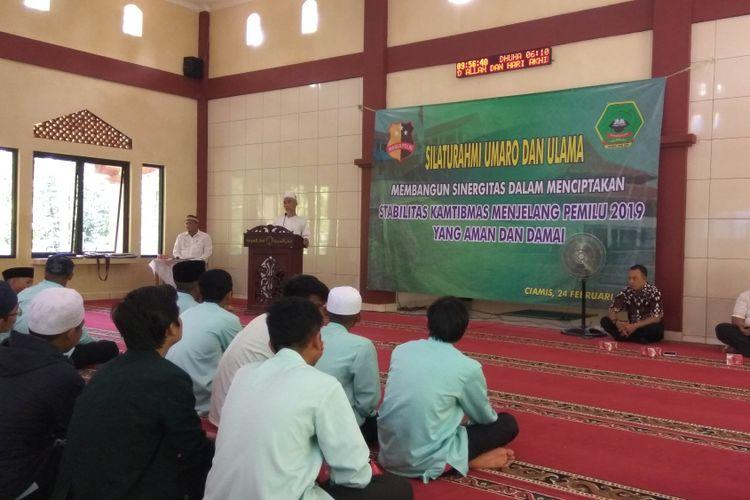 Wakil Pimpinan Ponpes Nurussalam Ciamis, KH Maksum Abdurahman memberi sambutan saat acara silaturahmi dengan perwakilan Mabes Polri, di kompleks Pesantren Nurussalam, Minggu (24/2/2019).