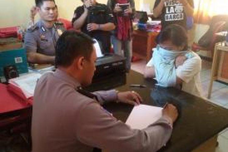 WW, tersangka mucikari prostitusi online yang melibatkan para pelajar di Samarinda, Kaltim tengah diperiksa polisi.