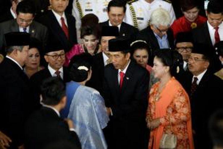 Presiden ke-7 RI Joko Widodo didampingi Iriana Joko Widodo bersalaman dengan Ibu Ani Susilo Bambang Yudhoyono saat keluar dari  Ruang Rapat Paripurna I, Gedung Nusantara, Senayan, Jakarta, Senin (20/10/2014). Hari ini Presiden dan Wakil Presiden terpilih, Joko Widodo-Jusuf Kalla, dilantik menjadi Presiden dan Wakil Presiden untuk periode 2014-2019.