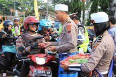 Bawa Pesan Toleransi, Polisi Bagi-bagi Angpau dan Kue Keranjang