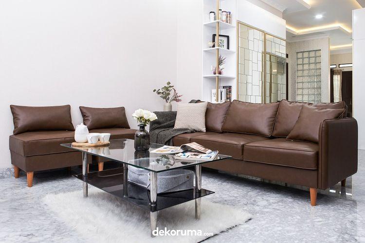 Ruang tamu dengan furnitur berbahan kulit