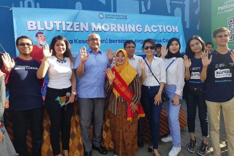 Aksi Bagi masker dan jamu gratis Blutizen Morning Action Universitas Budi Luhur, di di kampus Budi Luhur, Jakarta, Senin (9/2/2020).