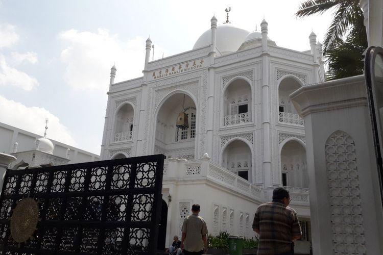 Masjid Ramlie Musofa di kawasan Sunter, Jakarta Utara, yang arsitekturnya menyerupai bangunan Taj Mahal di India.