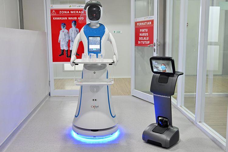 Robot Amy (kiri) dan Temi saat simulasi membantu petugas medis dalam menangani pasien virus corona (Covid-19) di Rumah Sakit Pertamina Jaya (RSPJ), Jakarta, Kamis (16/4/2020). RSPJ mengerahkan dua robot untuk membantu petugas medis menangani pasien Covid-19.