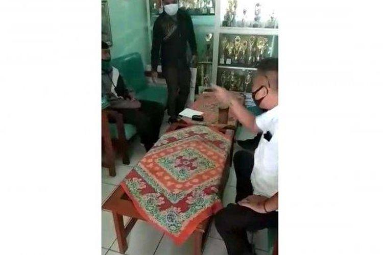Tangkapan video seorang guru dimarahi aparat desa karena posting jalan rusak di Desa Cijalingan, Cicantayan, Sukabumi .