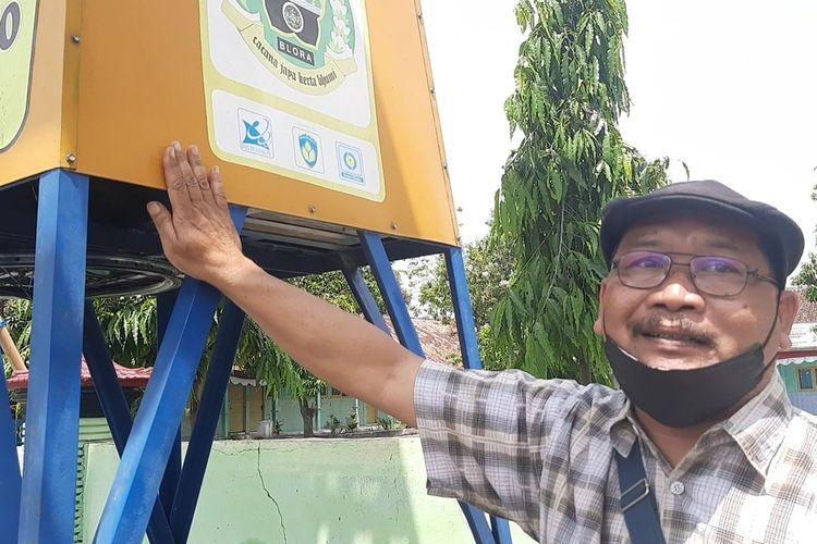 Noer Chanief, pembuat kincir angin sumbu vertikal dan solar cell saat menjelaskan manfaat kincir angin di Desa Sukorejo, Kecamatan Tunjungan, Blora, Senin (23/8/2021)
