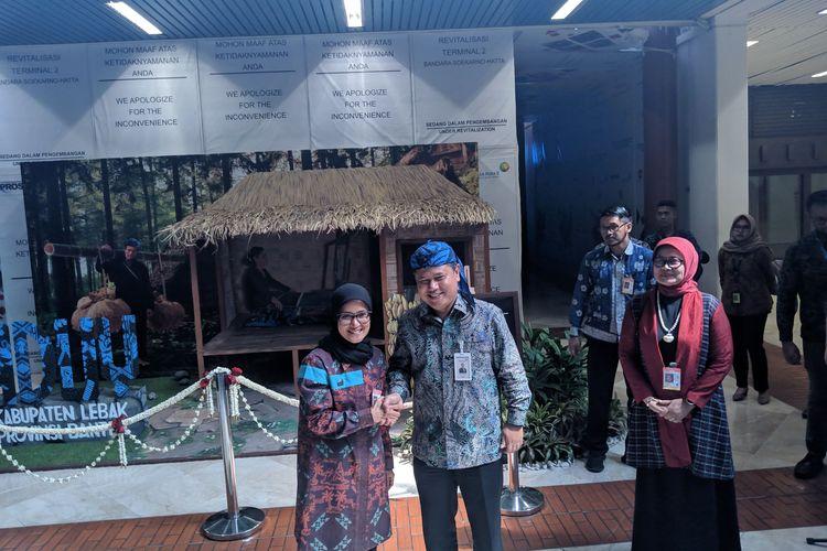 Executive General ManagerBandara Soekarno-Hatta, Agus Haryadi bersama Bupati Lebak, Iti Oktavia Jayabaya meresmikan booth ciri khas wisata Lebak di Terminal 2 Bandara Soekarno-Hatta, Jumat (27/12/2019).