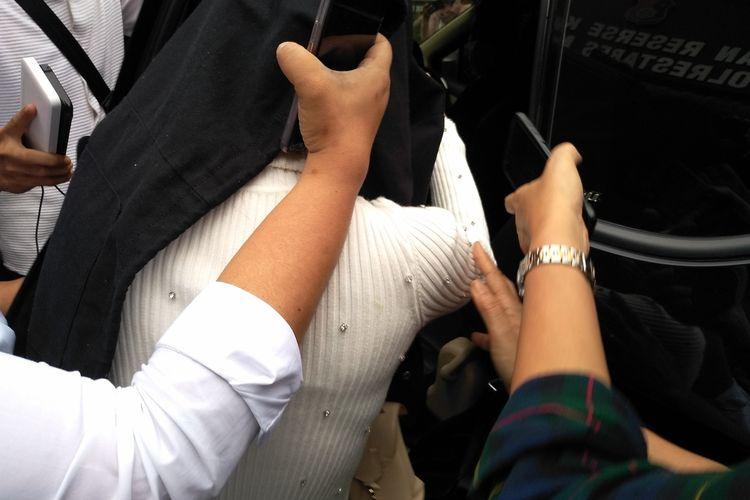 Penampakan sosok H terus menutupi wajahnya saat akan dibawa masuk ke mobil dari ruang Satreskrim Polrestabes Medan. Rencananya, H akan dibawa ke sebuah rumah sakit di Medan untuk dilakukan tes kesehatan dan tes Covid-19.