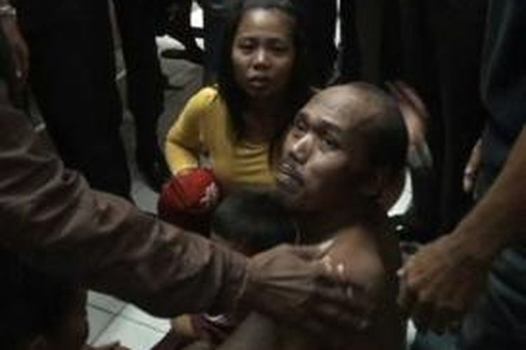 Rahman, tahanan kasus perjudian hebohkan warga dan petugas polres Polewali Mandar lantaran memanjat atap gedung dan mengancam akan lompat dari ketinggian, selasa petang (26/11)