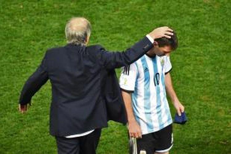 Pelatih Argentina, Alejandro Sabella, mengusap kepala anak didiknya, Lionel Messi, saat berakhirnya babak tambahan semifinal Piala Dunia melawan Belanda, di Arena Corinthians, Sao Paulo, Rabu (9/7/2014).