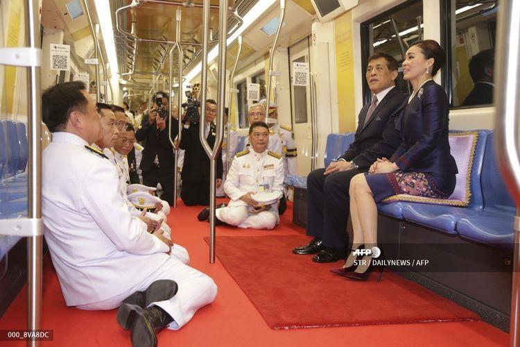 Foto yang diambil pada 14 November 2020 memperlihatkan Raja Thailand Maha Vajiralongkorn dan Permaisuri Suthida dalam peresmian stasiun kereta bawah tanah di Bangkok.