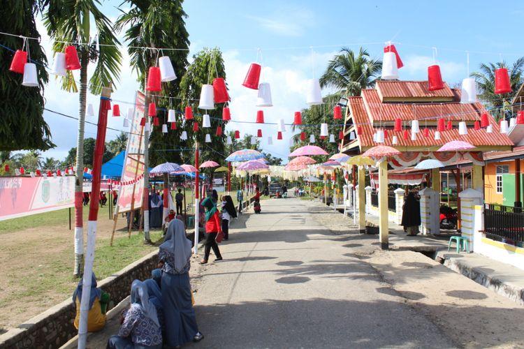 Warga memanfaatkan sampah plastik menjadi penghias Hari Ulang Tahun (HUT) Kemerdekaan RI ke-73.